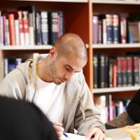 Billede af mand der læser
