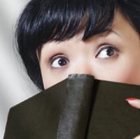 Billede af kvinde, der læser en krimi