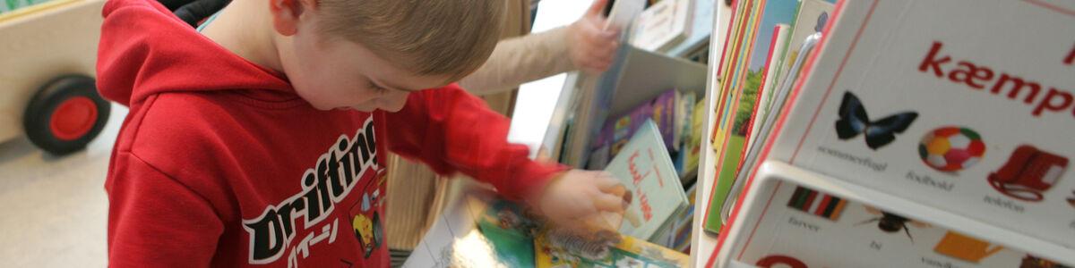Børn kigger på bøger