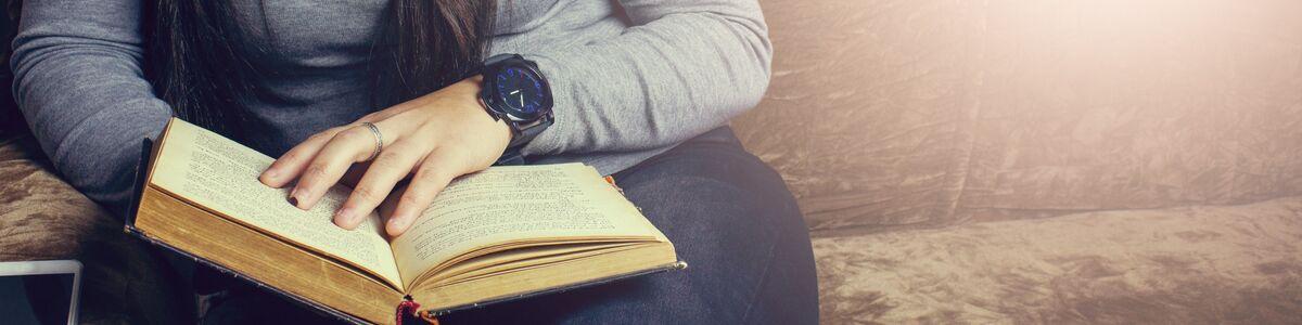 Ung kvinde læser roman