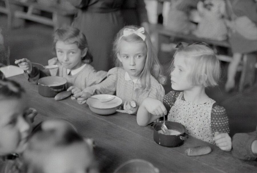 Børn spiser mad