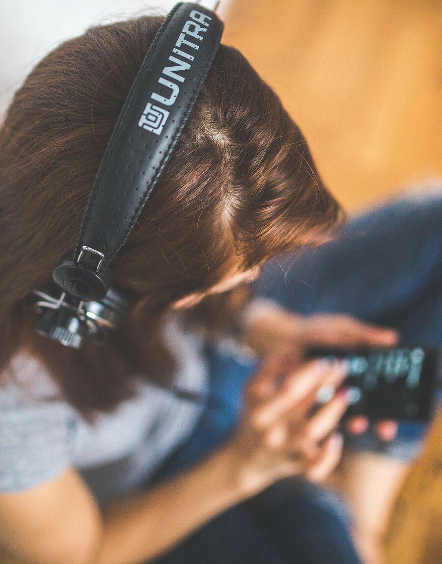 Kvinde lytter til musik