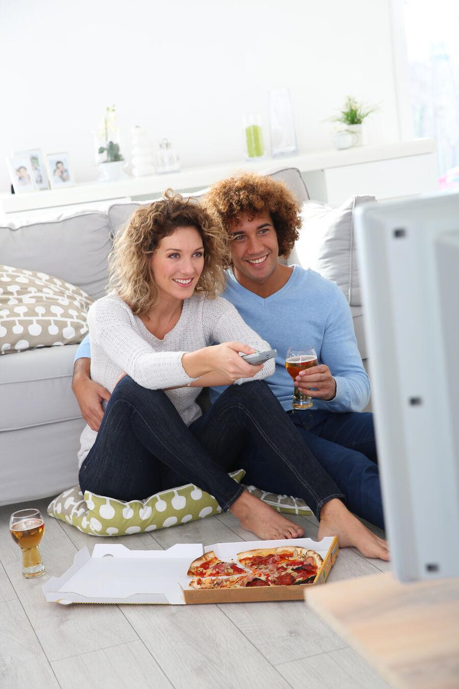Par sidder og ser TV