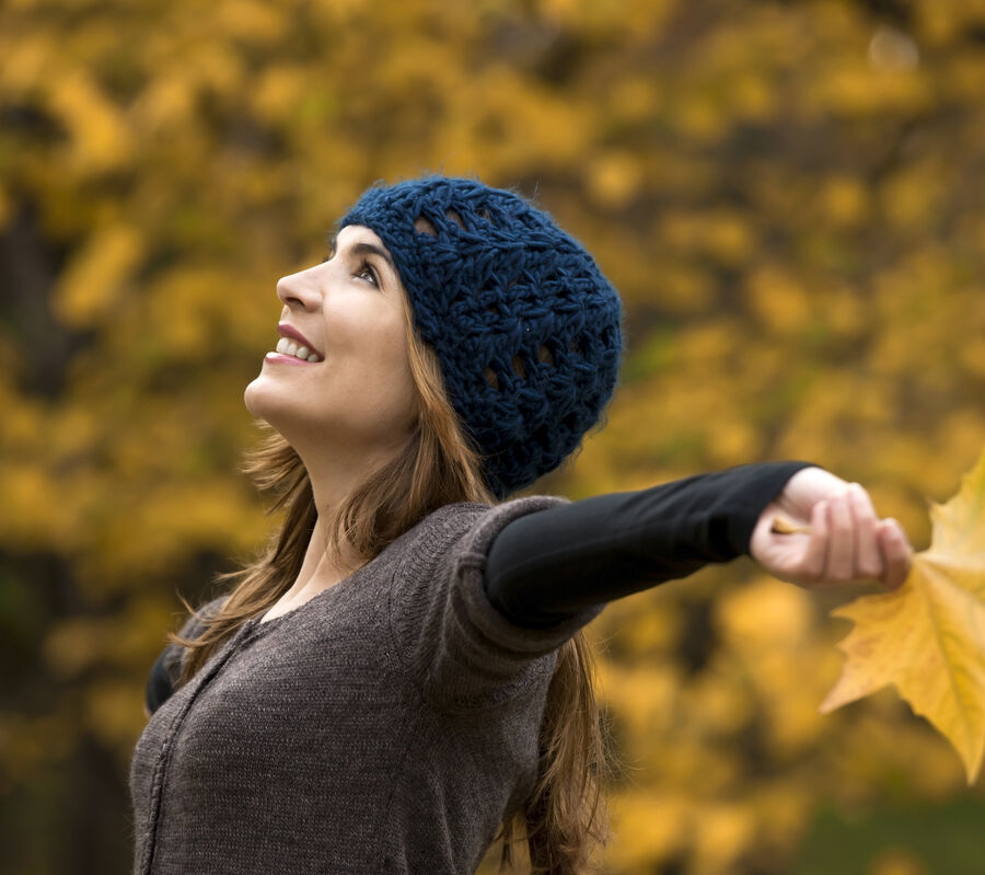 Kvinde i skov i efterårsfarver