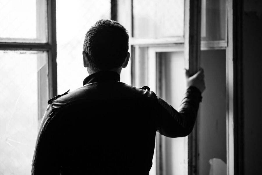 En mand står i vinduet