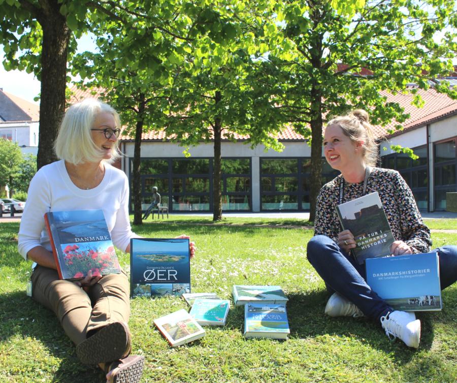 Katrine og Lene viser bøger om dejlige Danmark