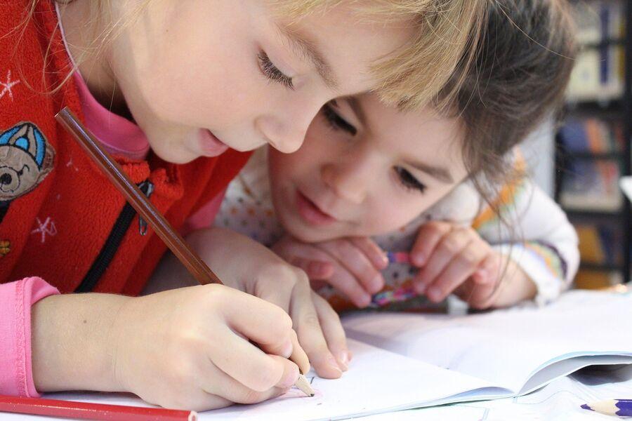 skolebørn der tegner