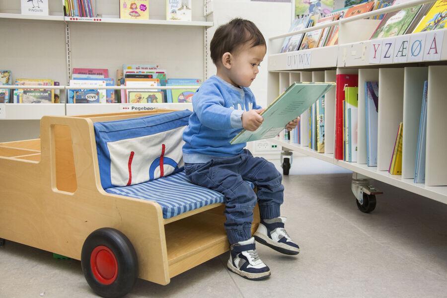 lille dreng læser