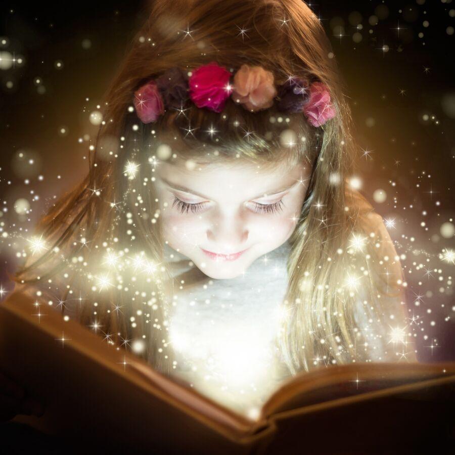 Pige der læser en magisk bog