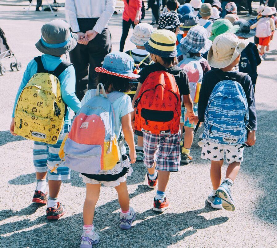 Skolestart børn med skoletasker