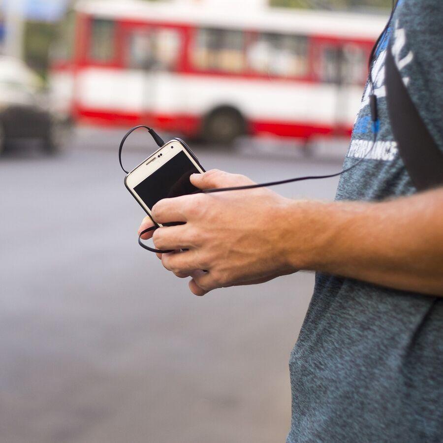 Billede af mand der hører musik