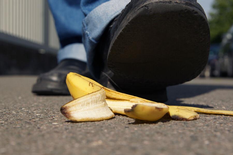 Er det sjovt at falde i en bananskræl?