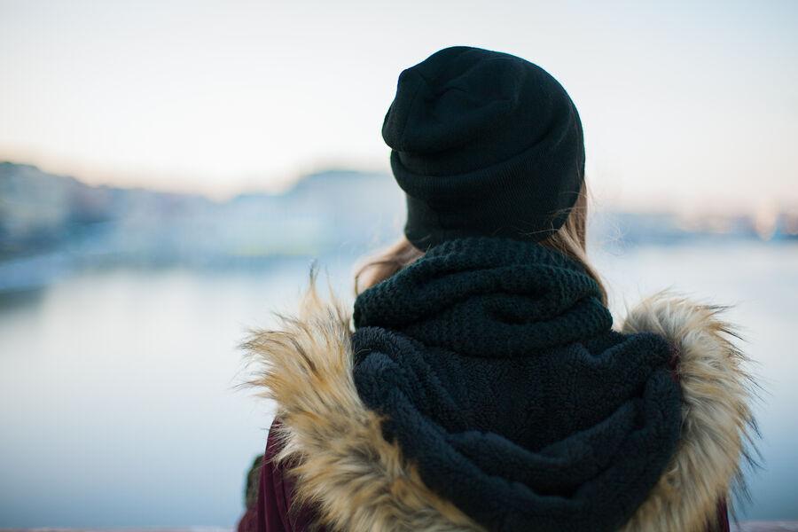 Pige i vintertøj set fra ryggen