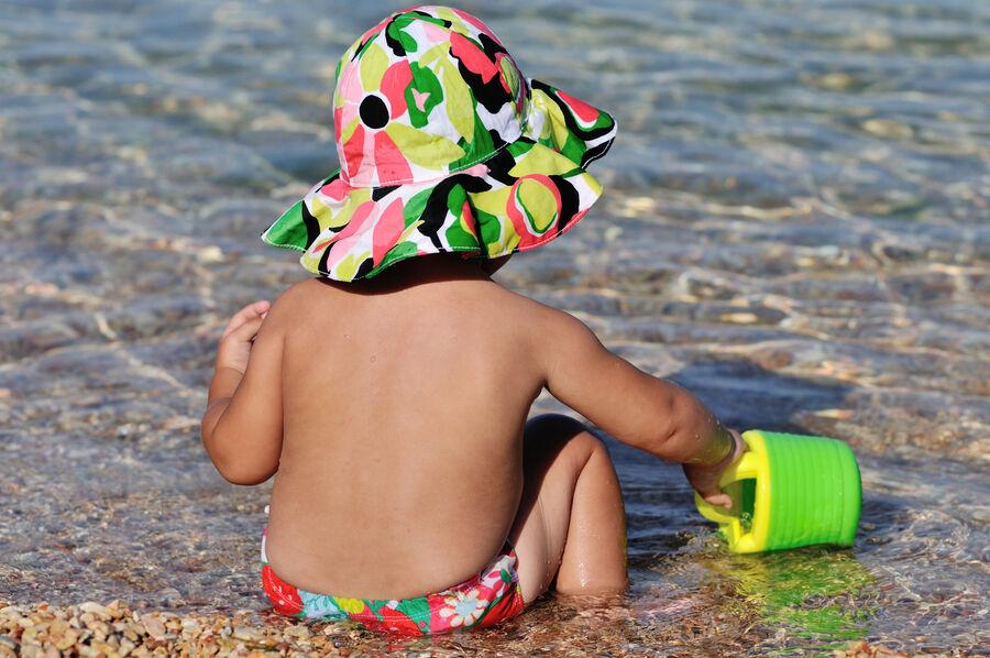 Barn i vandkanten