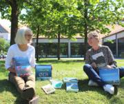 Lene og Katrine viser bøger om Danmark