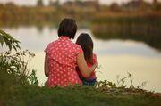 Mor og datter kigger ud over sø
