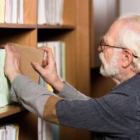 Billede af bibliotekar der finder faglitteratur