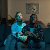 Billede af kvinde og mand, der ser en film