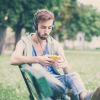 Billede af mand der hører en lydbog