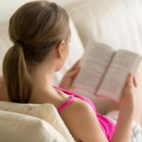 Billede af kvinde med roman